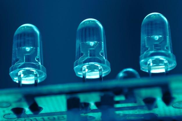 Tre led (diodo emettitore di luce) sul circuito stampato; concentrarsi sui diodi