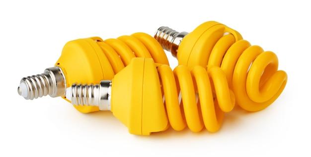 Tre lampadine isolati su sfondo bianco