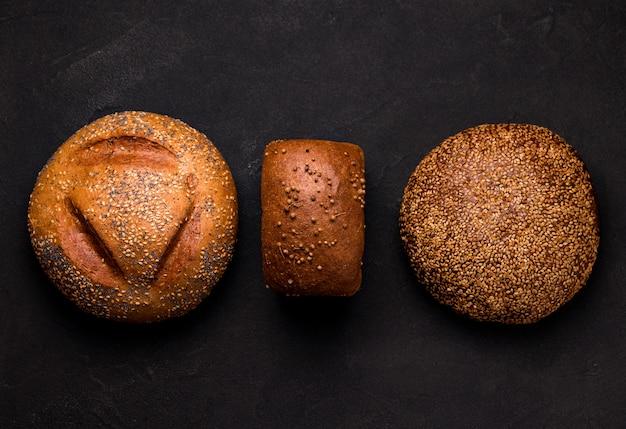 Tre pagnotte di pane su uno spazio nero