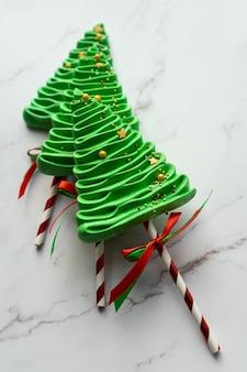 Tre alberi di meringa su uno sfondo di marmo. dolci natalizi fai da te.