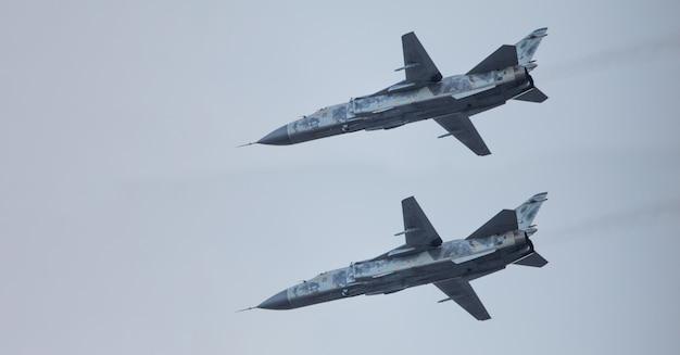 Tre aerei da combattimento militari come parte di un'unità nel cielo.