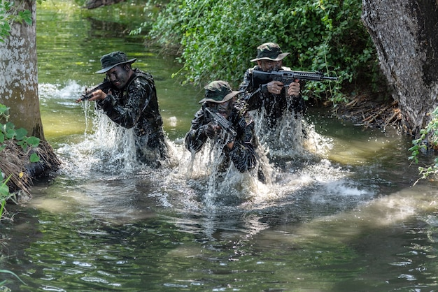 Tre ufficiali militari sono emersi dall'acqua per attaccare il nemico