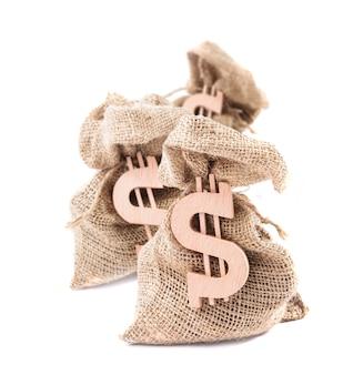 Tre sacchi di denaro con il simbolo del dollaro isolato su sfondo bianco