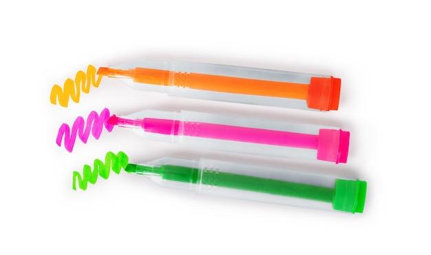 Tre pennarelli multicolori su sfondo bianco