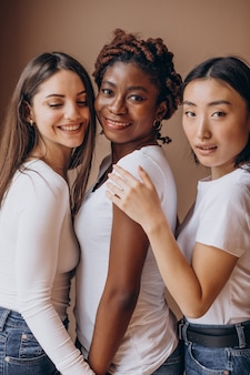 Tre ragazze multiculturali insieme