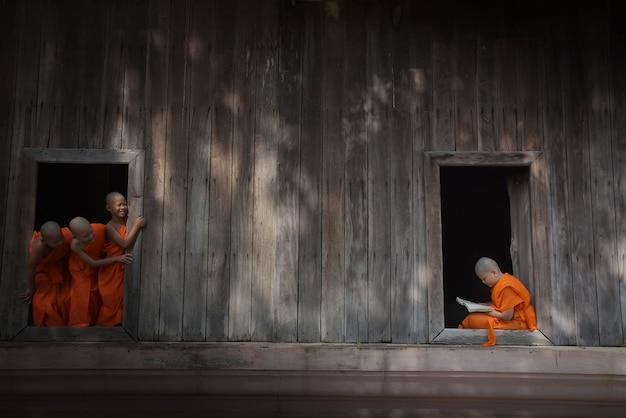 Tre novizi si divertono a phra nakhon si ayutthaya, thailandia 12/03/61