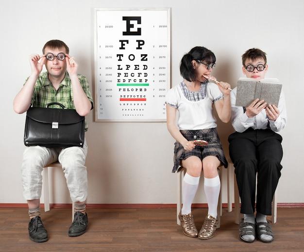 Tre persone che indossano occhiali in un ufficio dal medico