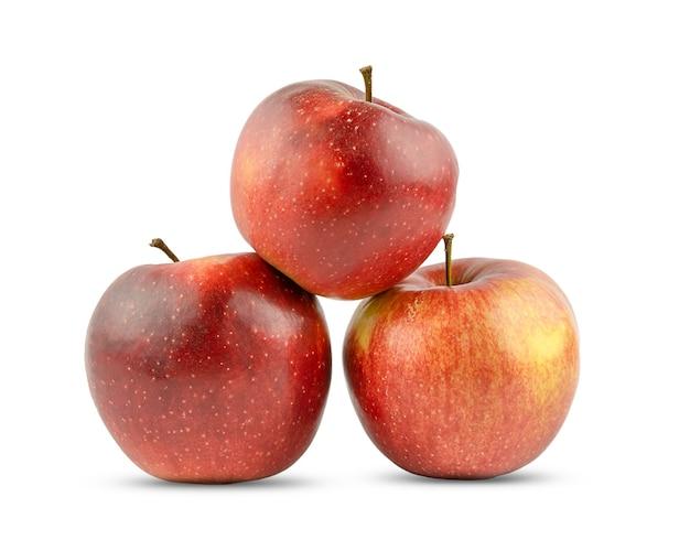 Tre mele rosse isolate su uno sfondo bianco