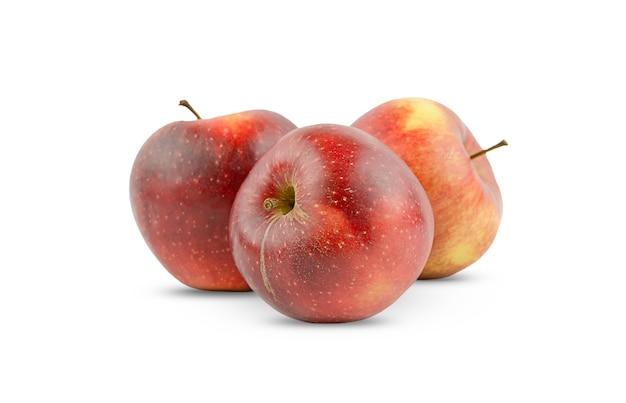 Tre mele rosse e succose isolate su uno sfondo bianco