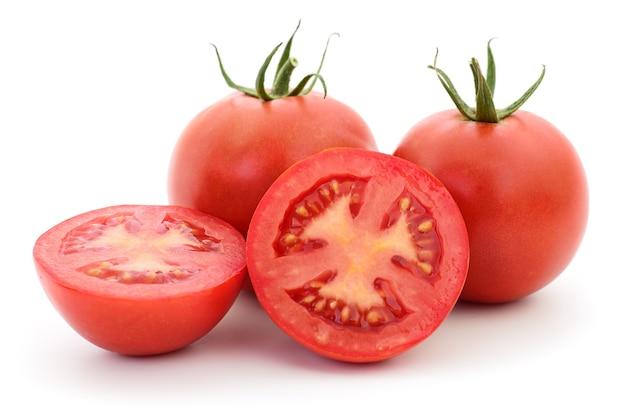 Tre pomodori rossi isolati su sfondo bianco
