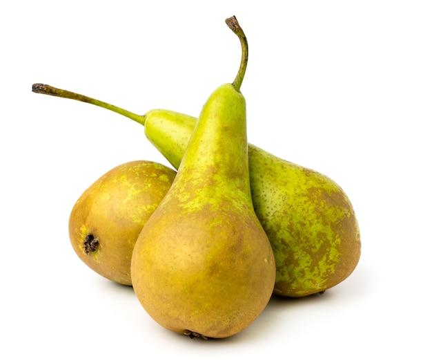 Tre pere mature su bianco, da vicino.