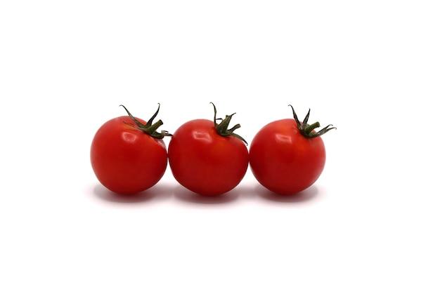 Tre pomodori rossi maturi su sfondo chiaro. prodotto naturale. colore naturale. avvicinamento.