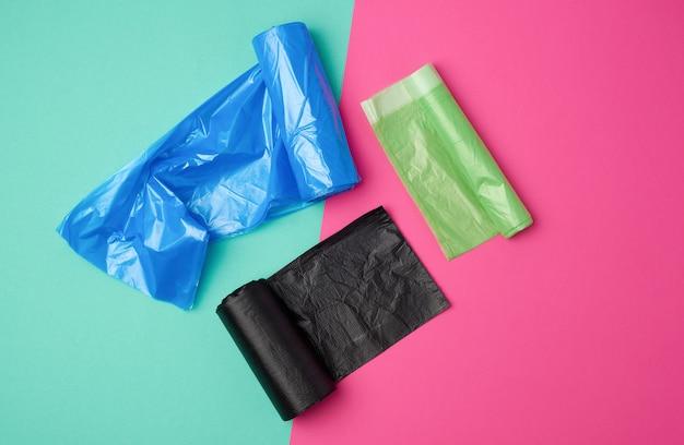 Tre rotoli arrotolati di sacchetti di immondizia di plastica