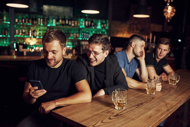 Tre appassionati di sport in un bar a guardare il calcio