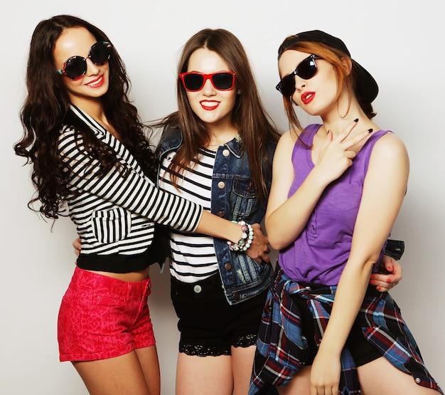 Tre ragazze alla moda sexy hipster migliori amiche. stare insieme e divertirsi.