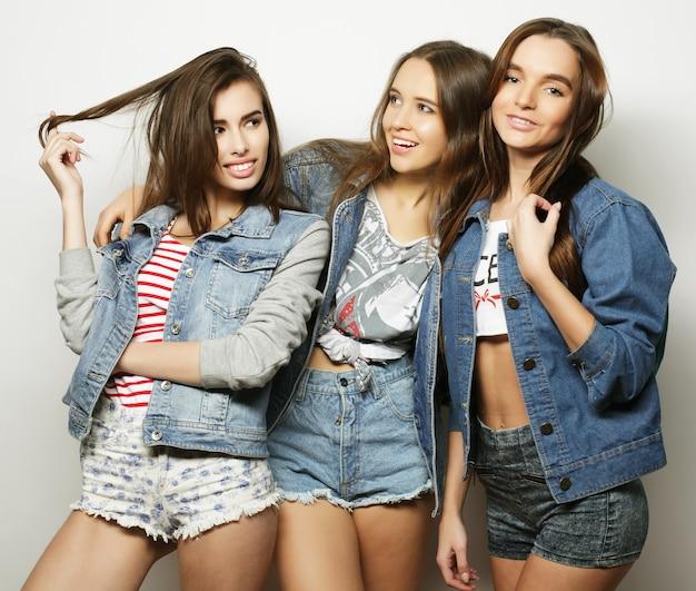 Tre migliori amici di ragazze hipster sexy alla moda. su sfondo bianco.