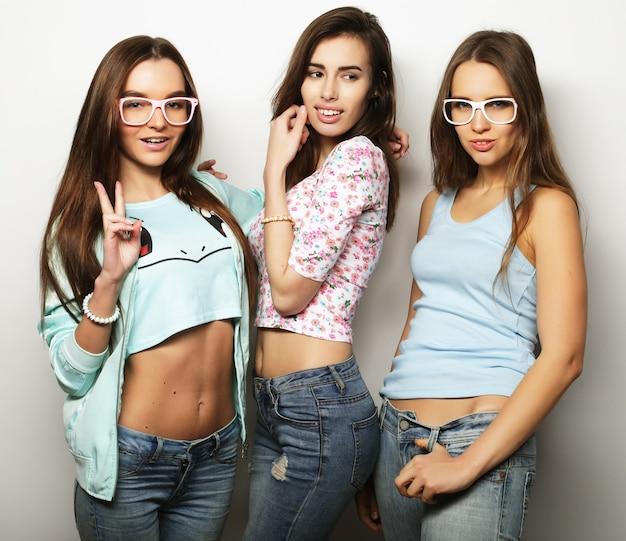 Tre migliori amiche di ragazze hipster sexy alla moda. su sfondo bianco.