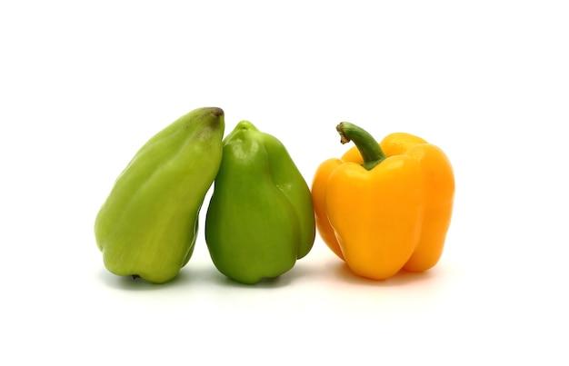 Tre peperoni dolci di colore giallo e verde su sfondo chiaro. prodotto naturale. colore naturale. avvicinamento.