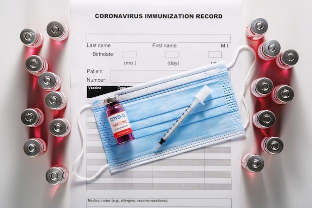 Tre bottiglie di vetro per vaccino per la vaccinazione contro covid-19 e siringa