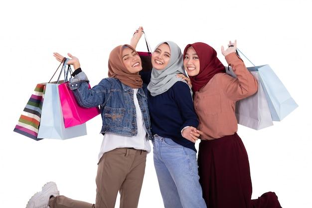 Tre donne velate eccitate quando trasportavano un sacco di carta