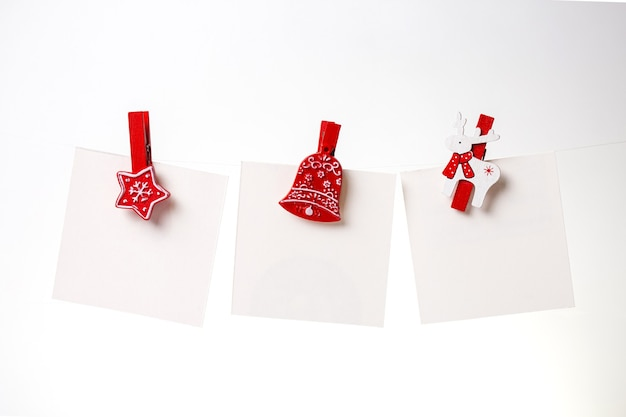 Tre note bianche con una molletta rossa