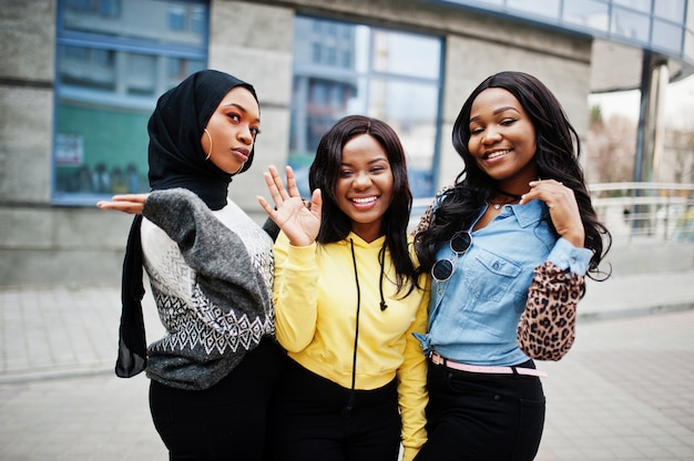 Tre amici della donna afroamericana del college giovane trascorrono del tempo insieme.