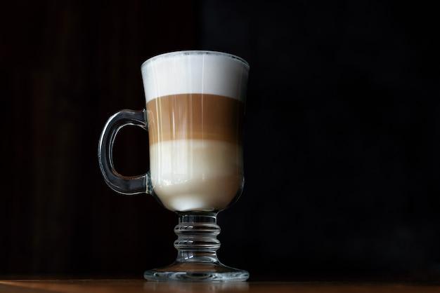 Latte a tre strati su sfondo scuro