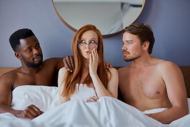 Concetto di trio con persone che faranno sesso di gruppo insieme