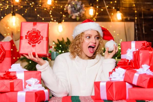 Emozioni da brivido. buon natale e felice anno nuovo. atmosfera festosa. regali incartati. donna adorabile sorridente felice e mazzo di scatole regalo. momenti felici di dicembre. felicità e gioia. auguri.