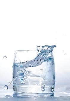 Cubetto di ghiaccio gettato nel bicchiere d'acqua.