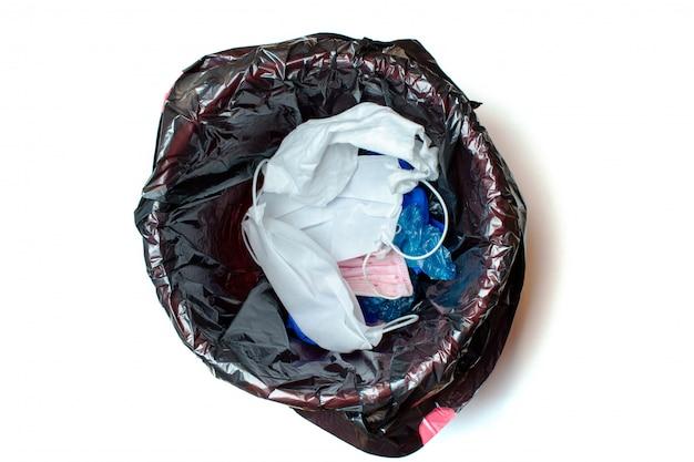 Guanti medici e maschere protettive gettati via nel cestino dopo la quarantena