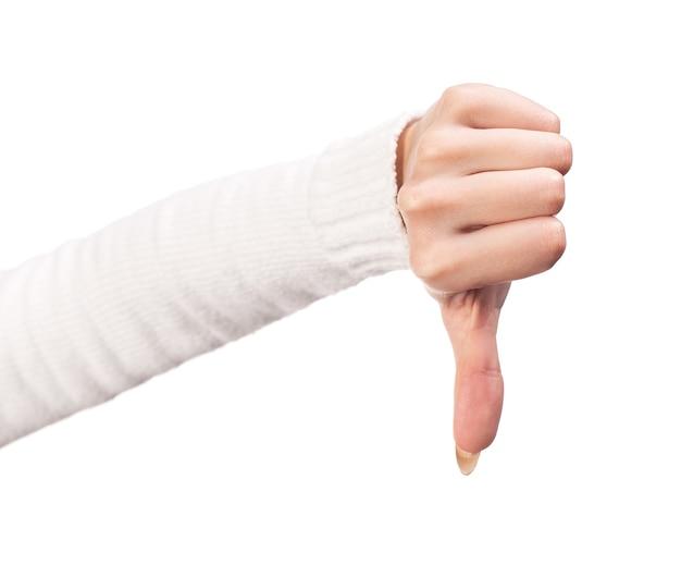 Pollice giù segno della mano femminile isolato su uno sfondo bianco