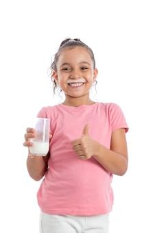 Pollice sulla ragazza con un bicchiere di latte