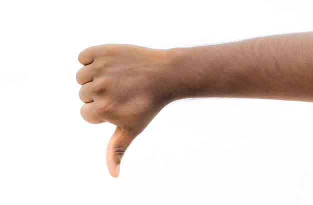 Pollice in giù, antipatia, segno di disaccordo con la mano maschile su sfondo bianco isolato