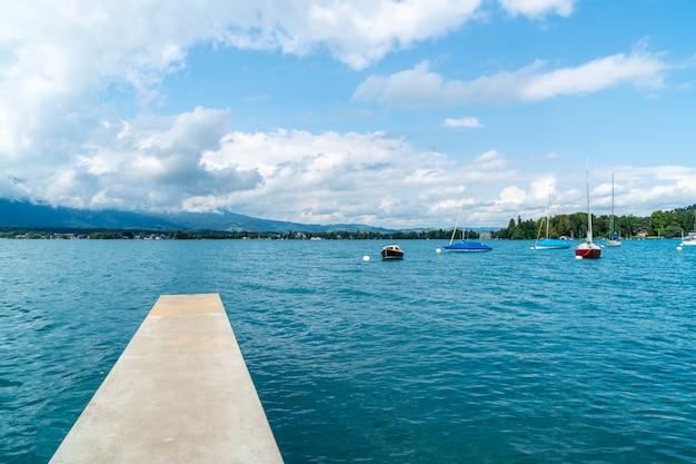 Lago di thun con montagna in svizzera