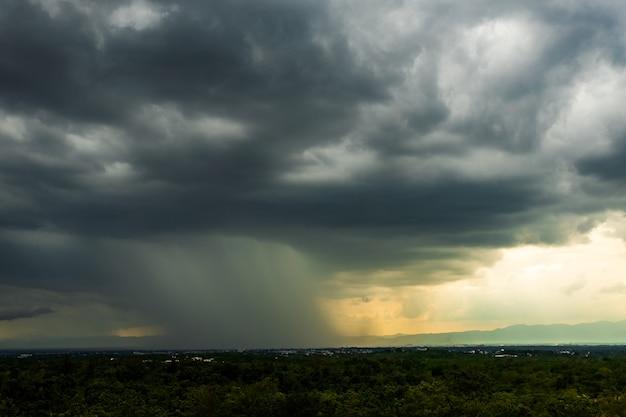 Cielo di tempesta di tuoni nuvole di pioggia