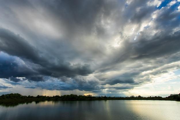 Cielo temporalesco nuvole di pioggia