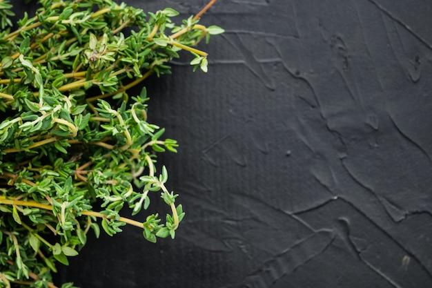 Mazzo fresco verde di timo, sulla tavola nera, vista dall'alto