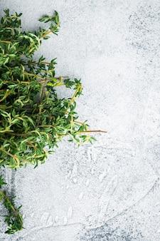 Mazzo fresco verde di timo, sul tavolo grigio, vista dall'alto