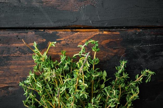 Mazzo fresco verde di timo, sul vecchio tavolo in legno, vista dall'alto