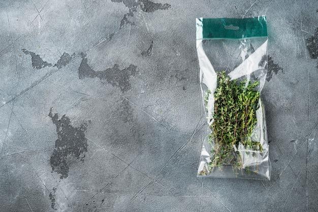 Timo nel set di sacchetti di plastica, su sfondo grigio, vista dall'alto laici piatta, con copyspace e spazio per il testo