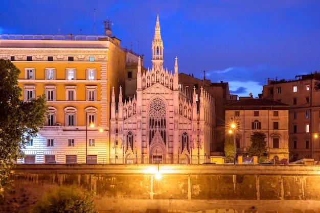 Lungotevere con la chiesa del sacro cuore di gesù a prati durante l'ora blu serale a roma, italia