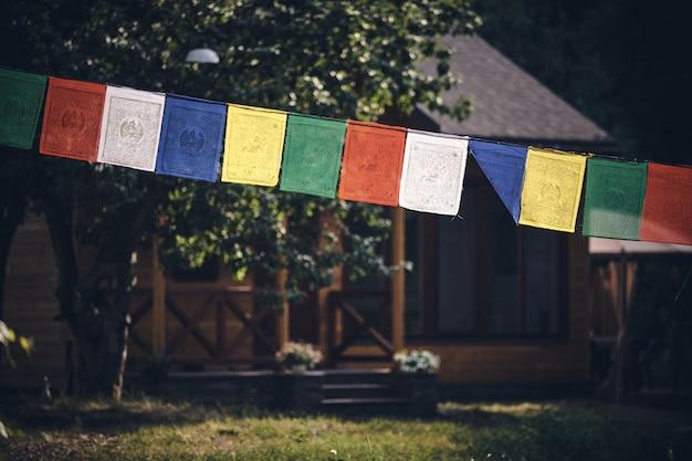 Primo piano delle bandiere tibetane