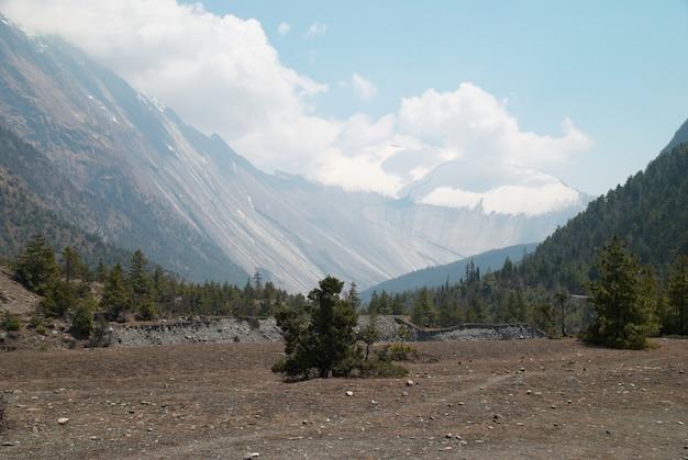 Paesaggio della montagna tibetana con cielo, campo e valle