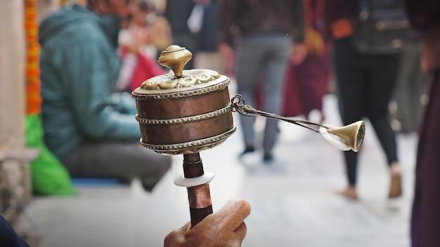 Ruota di preghiera tibetana in mano