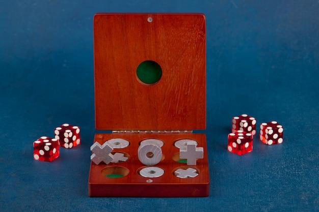 Tic tac toe in una scatola di legno e dadi, vicino, profondità di campo