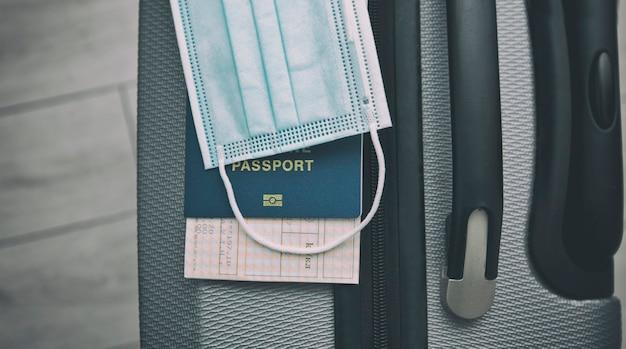 Il biglietto all'interno del passaporto e la mascherina medica