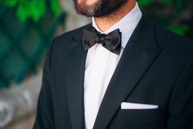 Cravatta farfalla primo piano abito da sposo da sposa