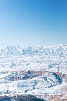 La catena montuosa del tien shan in inverno. la vista dal passo beldersay uzbekistan