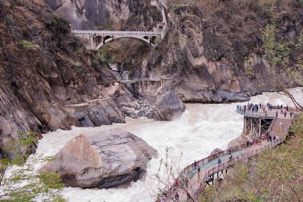 Gola di salto della tigre situata a nord della città di lijiang, provincia dello yunnan, cina